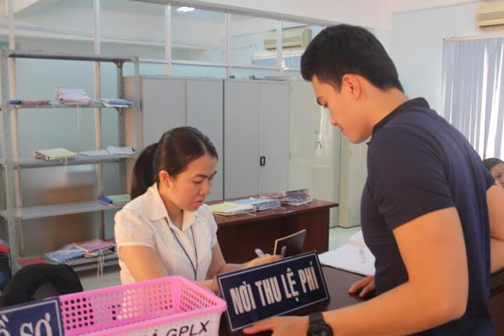 Đến nơi hẹn, hoàn tất thủ tục cấp đổi giấy phép lái xe online